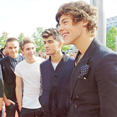 They did great at the Bbc radio 1 awards. And niall did great even though he had to hop on one leg.