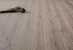 HAPTISCHES HIGHLIGHT IM GRAU-WEISSEN FARBTON! Durch ein spezielles Untertrocknungsverfahren entsteht eine haptische Oberfläche mit markanten Trocknungsrissen, erhabenen Ästen und spürbarer Flader. Dies und der angenehme Grauton machen dieses Produkt zu etwas ganz Besonderem. Das Holz für Wildbrett Naturböden stammt aus nachhaltiger Forstwirtschaft in den besten Wuchsgebieten Europas. #Parkett #Holz #Landhausdiele #Naturholzboden #Wildbrett #wood