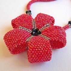 A lovely beaded flower pendant Weird Jewelry, Seed Bead Jewelry, Beaded Jewelry, Seed Beads, Seed Bead Flowers, Beaded Flowers, Peyote Patterns, Beading Patterns, Flower Outline