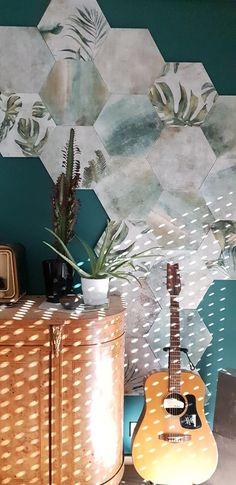 une décoration simple mais tellement de bon goût ! Un mur vert, des carreaux au mur, un meuble vintage... et c'est l accord parfait Coups, Decoration, Parfait, Simple, Painting, Art, Green Wall Color, Tile, Decor