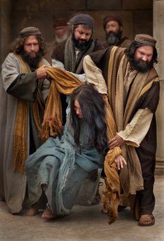 Juan 8:2–11, Un grupo de hombres trata de apedrear a la mujer sorprendida en adulterio