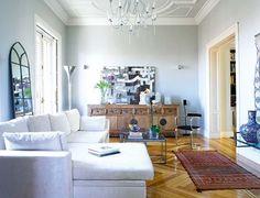 Su ubicación, su fidelidad a la arquitectura original y la estética soft, que resulta un placer para los sentidos, son los pilares de la incuestionable clase de este piso madrileño.