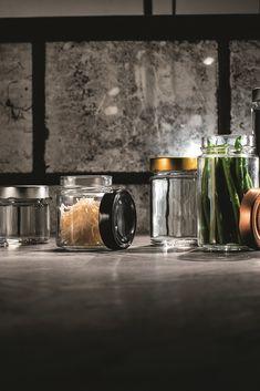 Die edle Form der FACTUM Schraubglas Linie steht für Exklusivität und zeitlose Schönheit. Factumgläser werden gerne als Senfglas, Aufstrichglas, Pastetenglas und Konfitürenglas verwendet. Factumgläser eigenen sich optimal als Einmachgläser aber auf für Honig und Aufstriche.