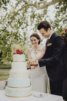 Hochzeitstorte, Weddingcake, Tortenanschnitt, cut the cake, hochzeitspatiserie, vintagecake, agape, gartenhochzeit Our Wedding, Lace Wedding, Wedding Dresses, Weddings, Fashion, Wedding Cakes, Outdoor, Bride Dresses, Moda