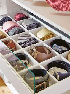 Krawatten und Gürtel lassen sich mit Schubladentrennern im Ankleidezimmer übersichtlich sortieren.