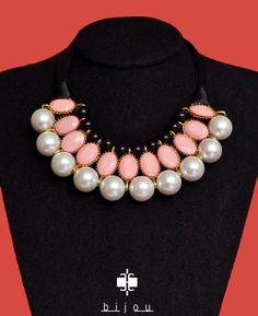 cuello de perlas con listón.