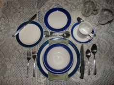 Family dinner time is an important part of raising successful children. Here's how to make your family dinners peaceful and pleasant with good table manners. Table Etiquette, Etiquette And Manners, Good Table Manners, Hanging With Friends, Thanksgiving Table Settings, Dinning Table, Wedding Blog, Decorative Plates, Table Decorations