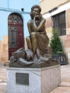 Pescadera. Estatua en Oviedo, Asturias