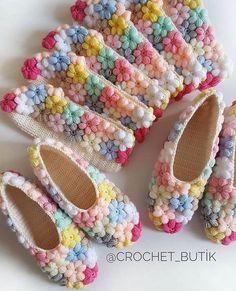 Очень-очень весенние тапочки от @crochet_butik ~~~~~~~~~~~~~~~~~~~~~~~~~~~~  #knitting #crochet #porcelano #ceramics #embroidery  #pottery #handmade #geschenke  #gift #glass #homedecor #toys #вязание #вышивка #керамика #амигуруми ##игрушкиручнойработы #ручнаяработа #роспись#подарок #сувенир #домашнийдекор #украшенияручнойработы #тортыназаказ #нить_ариадны  #ariadna_frogg #мастеркласс