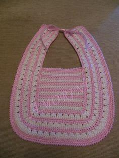 Babero tejido en crochet por Pilar Lomba