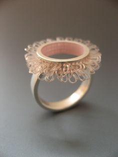 """Ring zilver en kunststof, Diameter van de ring top 21mm, kleur rose roze, design """"loops in cirkels"""""""