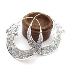 Ces  boucles d'oreilles argent sont des grosses créoles larges et ciselées. C'est un bijou argent stylisé et très original, une très belle pièce de nos collections de boucles d'oreilles argent. Ces créoles sont de style très ethnique et indien