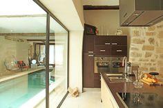 cuisine avec vue sur la piscine Cool Pools, Decoration, Cool Stuff, Architecture, Kitchen, Hot Tubs, House, Furniture, Lifestyle