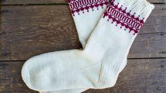 Sticka sockor på strumpstickor – gratis beskrivning Knitting Socks, Mittens, Christmas Stockings, Ravelry, Knit Crochet, Holiday Decor, Pattern, Slippers, Blogg