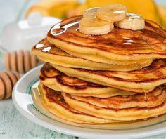 Panqueca de banana   |||  1 bananamédia  1 ovo inteiro + 1 clara  2 colheres (sopa) de farelo de aveia  Opcional na massa: canelaem pó a gosto  Opcional para cobertura:mel, geleia ou frutas  Misturar metade da banana com os ovos, a aveia e a canela no liquidificador, mixer ou à mão.Amassar a outra metade da banana e adicioná-la à massa.