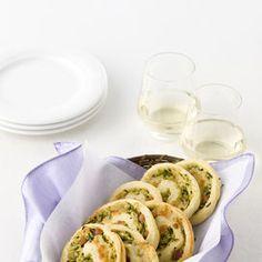 Le girelle alle zucchine e pancetta sono degli snack rustici formati da una sfoglia di pasta di pane farcita, arrotolata e tagliata a fette. Ideali per un aperitivo, uno spuntino o per il banchetto di una festa