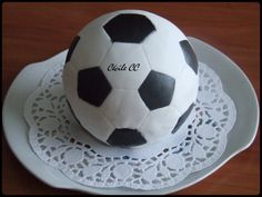 Bonjour, je reviens aujourd'hui pour vous montrer mon dernier gâteau 3D. Un gâteau en forme de ballon de football. A l'école, c'est après-midi la maîtresse fête les anniversaires de tous les élèves de sa classe nés en mars. Chaque famille se partage les...