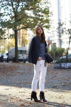 Boyfriend Jeans, Pepe Jeans, Stradivarius, Michael Kors Selma, Booties, White Jeans, Cecil Sweater, Blue Sweater, Black and Blue, Whaelse, Outfit
