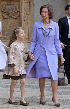 La Princesa Leonor cumple 10 años Over 50 Womens Fashion, Fashion Tips For Women, Vestidos Vintage, Vintage Dresses, Greek Royal Family, Casa Real, Spanish Royalty, Estilo Real, Cashmere Poncho
