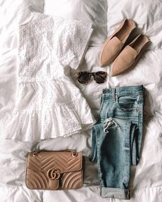 White eyelet top, skinny jeans, and mules slides casual spri Spring Outfits For School, Boho Summer Outfits, Jeans Outfit Summer, Cute Casual Outfits, Spring Summer Fashion, Uni Outfits, Summer Jeans, Casual Clothes, Shirt Outfit