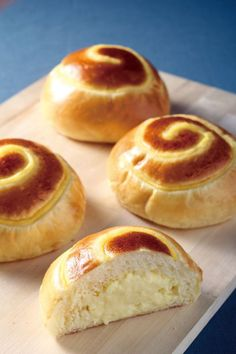 Taiwanese custard cream bread bread recipes in Chinese} - this site looks like it has great recipes but they're all in chinese Asian Desserts, Just Desserts, Dessert Recipes, Bread Recipes, Baking Recipes, Custard Recipes, Custard Buns, Custard Cake, Pasta Casera