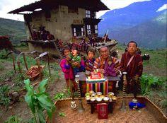 Peter Menzel, The Kuankaew Family, Ban Muang Wa, Thailand, 5:30 p.m., May 31, 1993