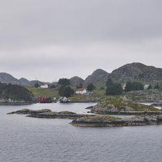 Navigando tra i fiordi con @hurtigruten battello postale! #FjordExperience abbiamo lasciato Ålesund all'una di notte e navighiamo verso Bergen il cielo è coperto e l'atmosfera grigia ma non mancano attorno a noi alcune scene da cartolina il fascino dei fiordi è indiscutibile! #Norvegia @visitnorway_it  @volagratis