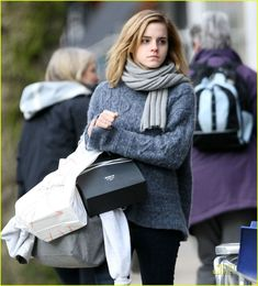 Emma Watson was photographed walking around Hampstead, London yesterday with a bag of Space NK Skin Care Products. The actress looked out of space sporting a deep look. Emma Watson Without Makeup, Emma Watson See Through, Emma Love, Emma Watson Style, Emma Watson Sexiest, Langer Mantel, Pullover, Hermione Granger, Autumn Winter Fashion