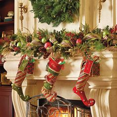 Christmas 2019 : Felt Christmas moulds and crafts - Trend Today : Your source for the latest trends, exclusives & Inspirations Christmas Fireplace, Christmas Mantels, Christmas Love, Beautiful Christmas, All Things Christmas, Christmas Holidays, Christmas Crafts, Christmas Stockings, Green Stockings