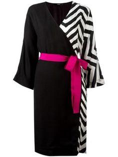 платье с запахом и зигзагообразным узором