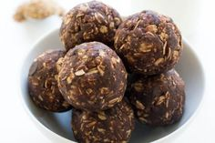 Healthy Snacks Easy 10 Minute Chocolate Peanut Butter Energy Bites - No Bake Chocolate Peanut Butter Energy Bites. Loaded with old fashioned oats, peanut butter, protein powder and flax seed. A healthy on the go protein packed snack! Protein Desserts, Healthy Protein Snacks, Protein Bites, Protein Ball, Healthy Desserts, Healthy Recipes, Protein Energy, Eat Healthy, High Protein