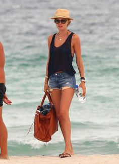 Stunning Comfy and Sexy Beach Outfits Ideas Beach is so amazing,peacefull place.This is the best time to look sexy and feel comfy.You must wear the beautiful beach outfit which can make you become the queen.Beach clothes and style are not ju… Doutzen Kroes, Look Fashion, Fashion Outfits, Womens Fashion, Fashion 2018, Short Outfits, Summer Outfits, Summer Shorts, Casual Beach Outfit