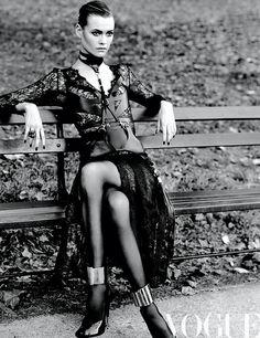 Cita ideal  Vestido de Erdem; bustier con tiras de cuero, de Hervé Léger by Max Azria.