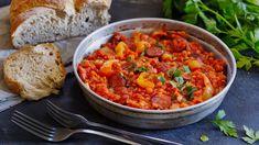 Chutná vám zelenina arádi zkoušíte obměny tradičních jídel? Lečo sčervenou čočkou je pro vás to pravé. Do klasického základu se přidá luštěnina, která rozšíří paletu chutí, dodá bílkoviny azasytí. Skouskem klobásy je to vynikající jídlo anepotřebujete už žádná vejce. Chana Masala, Healthy Life, Curry, Cooking, Ethnic Recipes, Food, Treats, Stew, Red Peppers