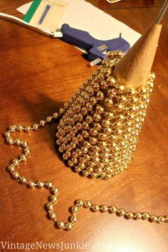 Best 12 Here are 35 gold Christmas decorations and gold holiday decor. Here are some tips on how to decorate for the holidays with gold Christmas decor. Diy Christmas Tree, Christmas Projects, Winter Christmas, All Things Christmas, Christmas Holidays, Christmas Ornaments, Diy Ornaments, Christmas Ideas, Christmas Paper