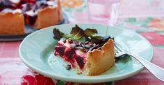Ljuvlig getostpaj med kokta rödbetor och smak av rosmarin. Vackra pumpafrön strös över pajen innan den gräddas. Getostpaj är perfekt på buffèbordet.
