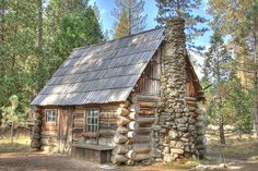 Simple but perfect. Small Log Cabin, Small Cabins, Little Cabin, Log Cabin Homes, Log Cabins, Diy Sauna, Bahay Kubo, Woodland House, Forest Cabin