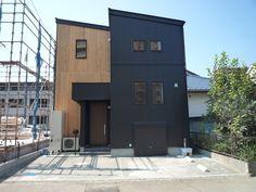 外壁や屋根材に黒っぽい金属のような素材を見かけることがありませんか?最近見かけることの多い