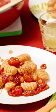 Diese Gnocchi sind super schnell selbst gemacht und zusammen mit der Kirschtomaten-Bolognese ein echtes Familienessen.