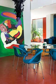 Med rød løper åpner Patrizia Moroso dørene til sitt eksentriske hjem. Autumn Inspiration, Room Inspiration, Interior Inspiration, Moroso Furniture, Traditional African Clothing, Indian Furniture, Living Room Flooring, Big Windows, Furniture Manufacturers