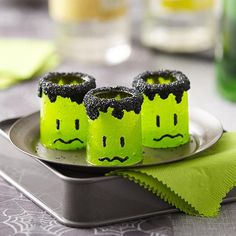 Transform candy shot glasses into spooky monsters with Wilton Black Candy Melts candy. Fill with your favorite liquor for an adult Halloween party. Or, add mousse or icing for a sweet treat that can be gobbled up in its entirety. Shots Halloween, Dessert Halloween, Halloween Drinks, Halloween Cakes, Halloween Treats, Halloween Party, Adult Halloween, Halloween 2017, Samhain Halloween