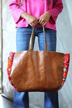 Esta bolsa puede ser para un día normal como si vas a la tienda por ejemplo. Tiene cafe con rojo. Es de la Tiendita Boutique en Guatemala.