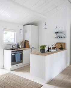 Zen House, Surf House, Open Kitchen And Living Room, Home And Living, Beach House Kitchens, Home Kitchens, Knoxhult Ikea, Kitchen Interior, Kitchen Design