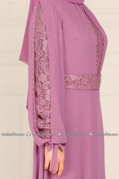 Fashion Selvim Lace und Pearl Chiffon Abendkleid Rose Dried Source by aminath_naxy Sleeves Designs For Dresses, Dress Neck Designs, Islamic Fashion, Muslim Fashion, Abaya Designs, Blouse Designs, Indian Designer Outfits, Designer Dresses, Abaya Fashion