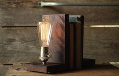 Fermalibri fai da te con L di legno e luci