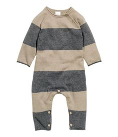 BABY EXCLUSIVE. Fine-knit bodysuit in a soft cotton blend. Long raglan sleeves, buttons on one shoulder and at gusset, and rolled edges at neckline, cuffs, and hems.