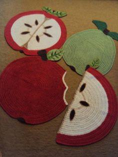 Tapetes artesanais em crochê com pintura à mão.  R$ 75,00 cada.