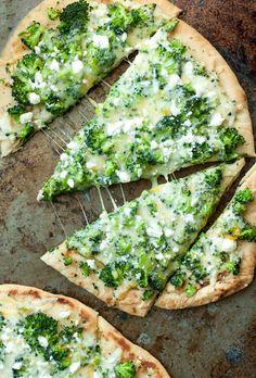 Brokkoli-Käse-Naan-Pizza | 21 leckere Pizza-Rezepte für einen gemütlichen Pizza-Abend
