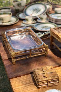 Você sabia que existem hoje mais de 5 mil usos classificados para o bambu? fato que só comprova a versatilidade dessa planta que atualmente é muito usada na decoração. Tendência que ficou! 💚 #naturalchic #vestindoamesa #tableware #tabletop #mesaposta #tabledecor #decoracao #decoration #tablesetting #tableset #porcelana #decor #decoración #vintage #bambu Hawaiian Homes, Lotus Pond, Catering Display, Bamboo Crafts, Bamboo Design, Restaurant Concept, Bamboo Furniture, Chinoiserie Chic, Wood Creations