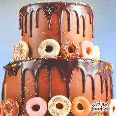 Recipe and instructions on how to make shiny and smooth poured chocolate glaze for cake decorating and enrobing Chocolate Glaze Recipes, Flourless Chocolate Cakes, Chocolate Ganache, Chocolate Brown, Cake Writing, Cold Cake, Cool Cake Designs, Candy Cakes, Cake Cover